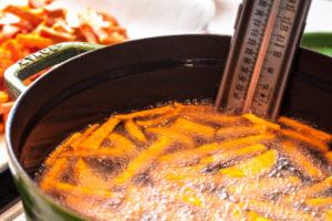Süßkartoffel in der Fritteuse zubereiten